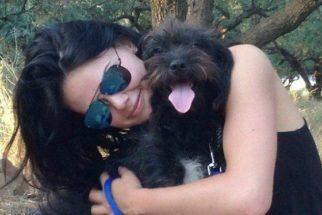 Mulher adota cadela que a salvou de abuso sexual