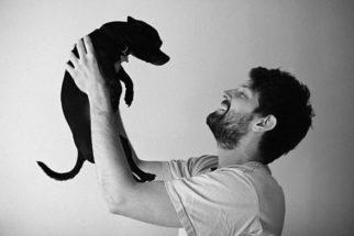15 fotos de pais humanos que amam seus filhotes caninos de estimação