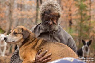 Sem teto doente só aceita ajuda após seus 31 cães ganharem abrigo