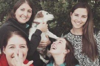 Irmãs recriam foto de infância para homenagear cão idoso