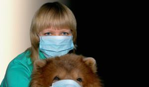 mulher-e-cao-com-mascaras-de-hospital