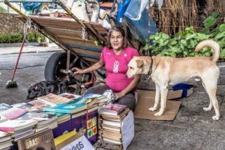 Com venda de livros usados, moradora de rua sustenta cães em SP