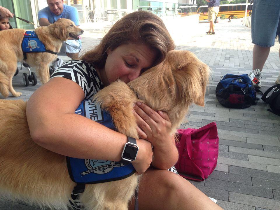 envolvida-no-atentado-abraçando-cachorro