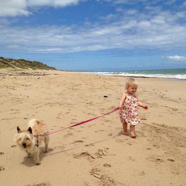 criança-passeando-com-cachorro-na-praia