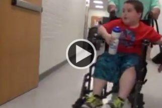 Colegas de classe ajudam garoto deficiente a conseguir cão de serviço