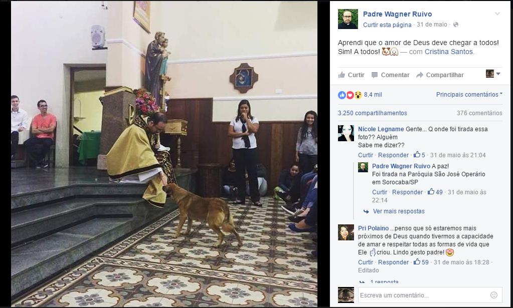 foto-padre-dando-boas-vindas-a-cachorro-durante-sermao