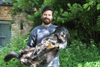 Homem recria foto com cão para homenageá-lo em sua despedida