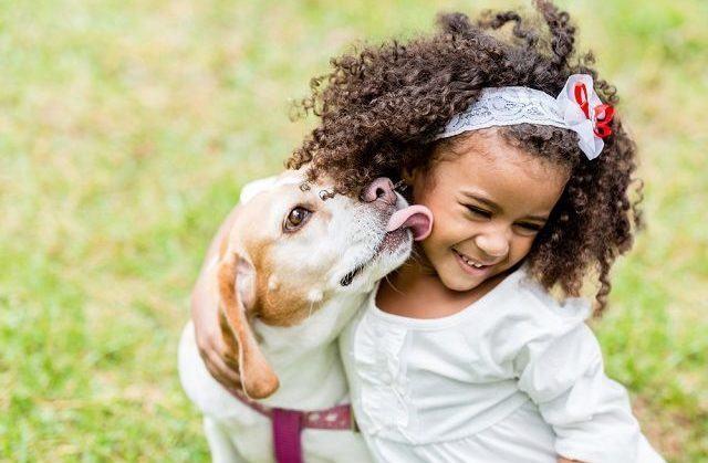 Você Sabia? Crianças com animais de estimação são mais felizes