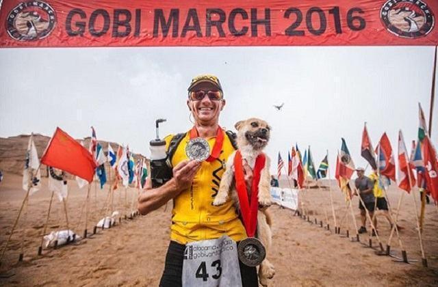 cadela-abandonada-que-se-juntou-a-corredor-durante-maratona-na-china-atravessa-linha-de-chegada-junto-a-ele