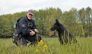 cao-policial-boomer-ao-lado-de-seu-tutor-clay-wurzinger