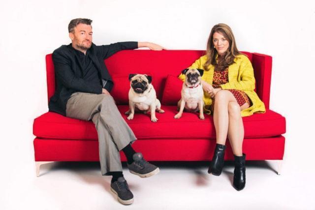 diretor-e-produtora-executiva-da-serie-blackmirror-ao-lado-das-estrelas-de-laydynamite-os-pugs-bert-e-blueberry