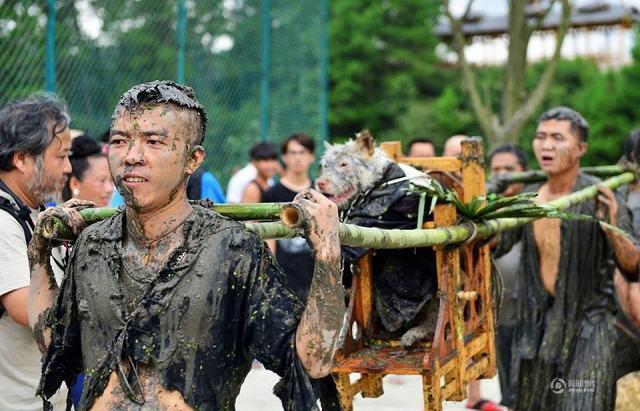 homens-carregando-cao-durante-festival-para-agradecer-os-caes