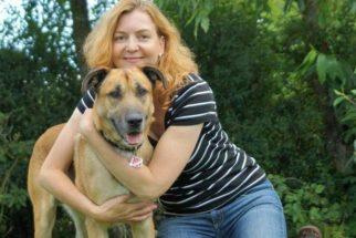 Aeromoça adota cão que sempre a perseguia durante viagens