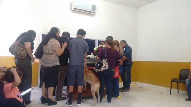 bayron-durante-funeral-de-tutora