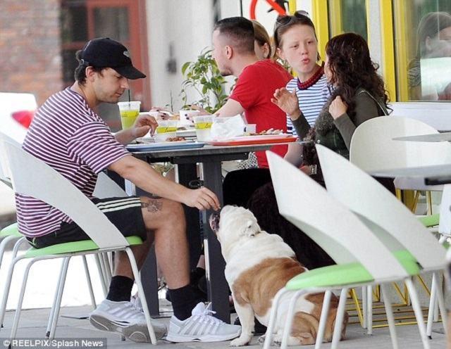shia-almocando-com-seu-cachorro