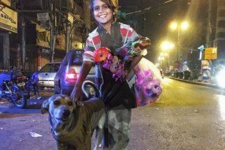 Emocionante: garoto de rua dá seu casaco para que cão não sinta frio
