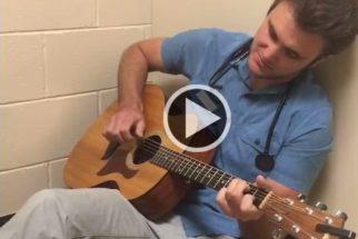 Para acalmar cães antes de cirurgias, veterinário canta e toca músicas