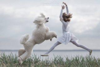 Ensaio fotográfico mostra garotinha ensinando cães a dançar ballet